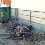 Cassonetti in fiamme al centro commerciale Il Circo