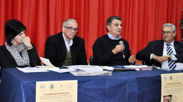 """Gallicchio, dibattito partecipato intorno a """"Le mani nel Petrolio"""" di Maurizio Bolognetti"""