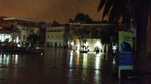 Una domenica al buio. Piazza Vittorio Veneto resta spenta