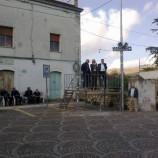La strana foto del comizio nella piazza vuota di Garaguso