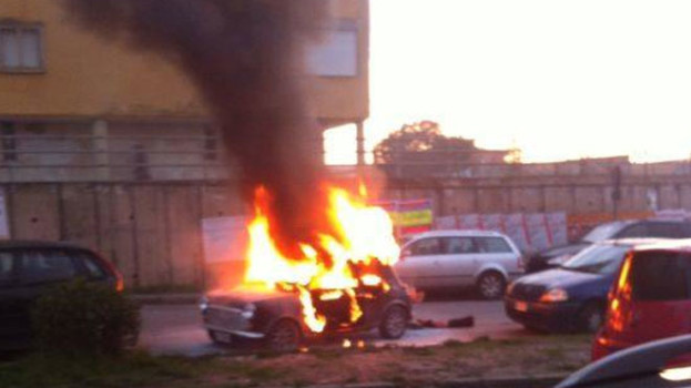 Auto in fiamme a Matera