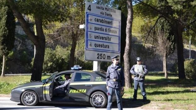 La Guardia di finanza sequestra due chili di eroina sulla 106