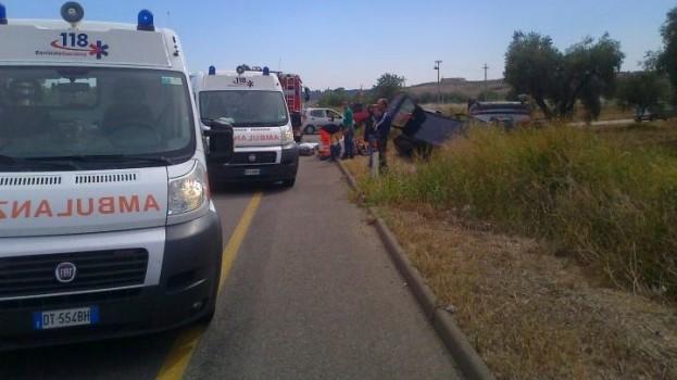 Incidente tra un autobus e un tir sulla 106 a Terzo Cavone
