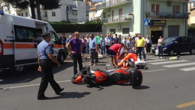 Motociclista investe donna in via Dante a Matera