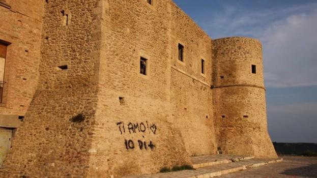 Le mura del Castello di Bernalda deturpate da vandali