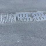 Rotatoria di via Dante a Matera. L'asfalto nuovo tappa le caditoie per l'acqua piovana