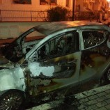 Auto in fiamme al quartiere Acquarium