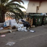 Via De Amicis: rifiuti abbandonati in strada da mesi