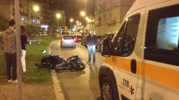 Incidente in via Rosselli, coinvolto un motociclista