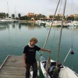 Circumnaviga l'Italia a vela in solitaria: il giovane Pierre Charrier fa tappa al Porto degli Argonauti