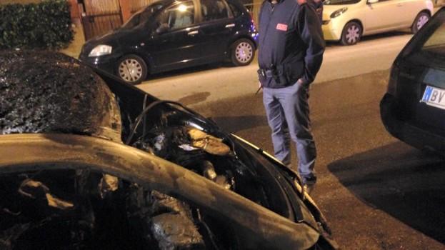 A fuoco l'auto del candidato Casino. La solidarietà di Matera si Muove