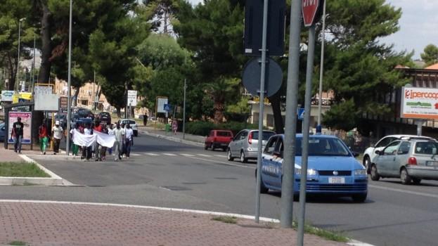 Gli immigrati protestano in corteo per le vie di Matera.