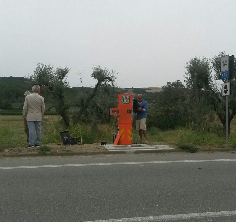 L'autovelox durante la sua installazione. Foto di Giuseppe Iacovazzo.