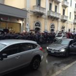 Renzi a Matera. Un manifestante buca il cordone di sicurezza. VIDEO