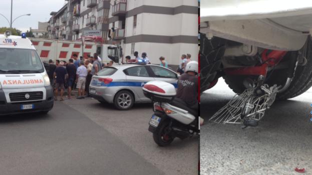 Bimba finisce sotto un camion con la bici. Salva per miracolo