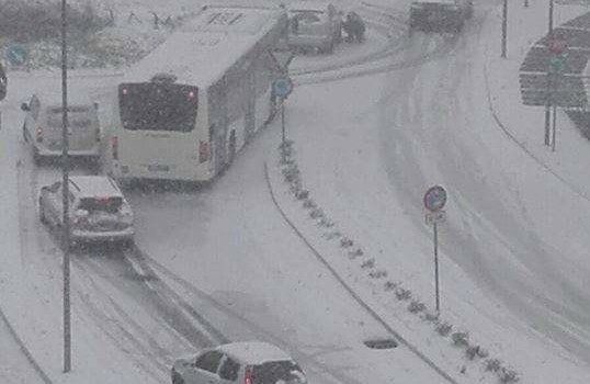 Matera paralizzata dalla neve. Piano di emergenza del Comune poco efficace. Critiche sui social